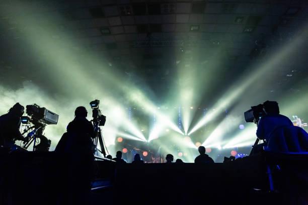 silhouette einer gruppe von kameraleuten rundfunk ein ereignis. - film oder fernsehvorführung stock-fotos und bilder