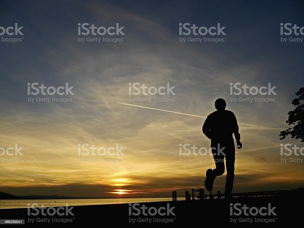 silhouette of a jogger in sunrise圖像檔