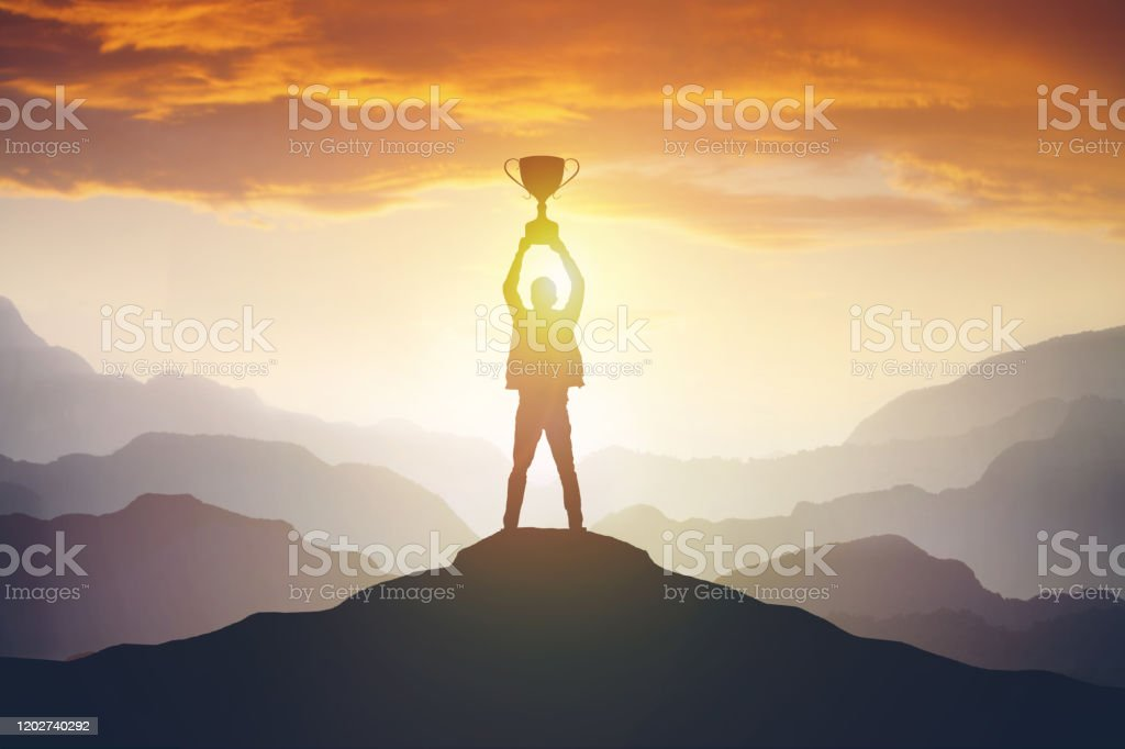 Silhouette of a man holding a trophy at sunset - Royalty-free Amor Foto de stock