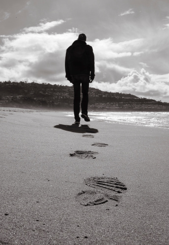 Solitario Uomo Che Cammina Su Una Spiaggia - Fotografie stock e altre immagini di Abbandonato - iStock