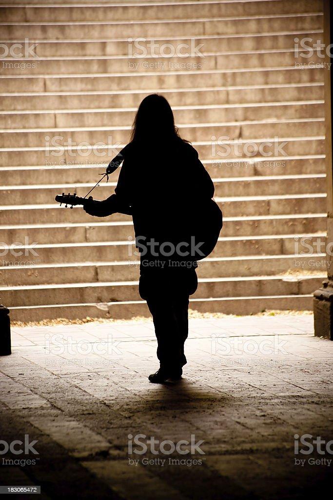 Silhouette eines Mannes, während spielen Sie Gitarre in NYC – Foto