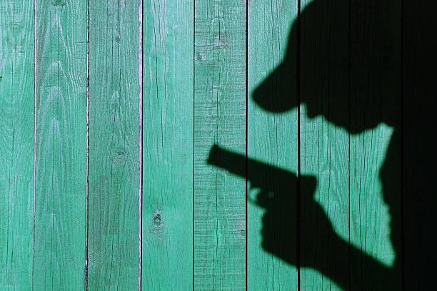 Silhouette d'un homme avec un pistolet, XXXL image - Photo