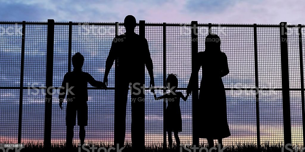 Silhouette of a refugees family with children – Foto