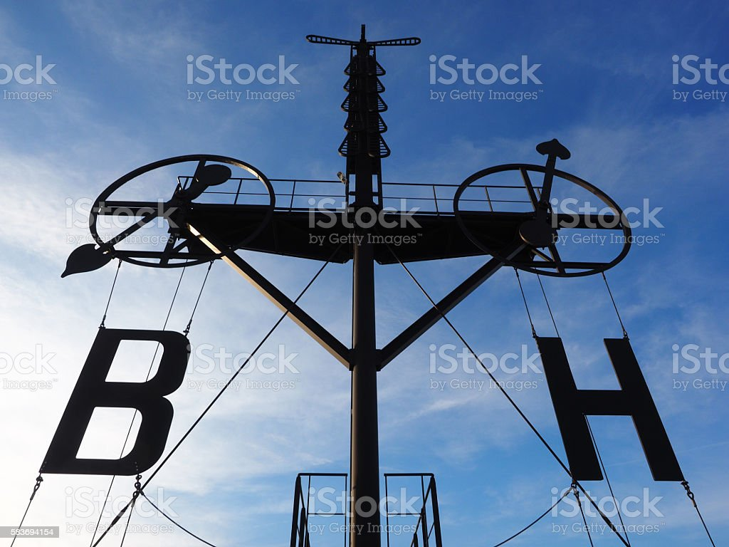 Silhouette of a semaphore isolated on blue sky – Foto