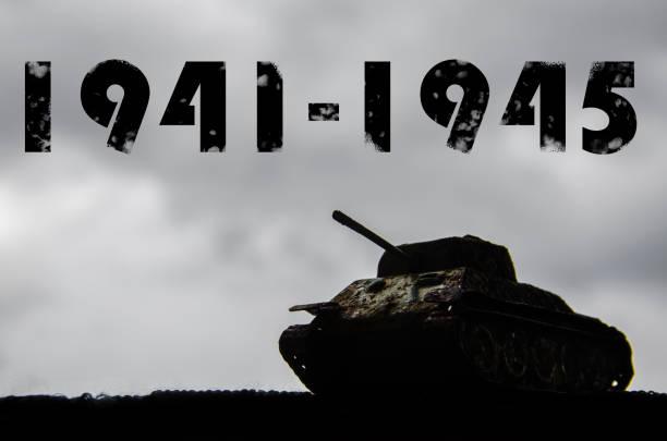 Silhouette d'un réservoir sur un fond de ciel de nuages sombres. La seconde guerre mondiale. 1941-1945. 9-ème de mai. Jour de la grande victoire - Photo
