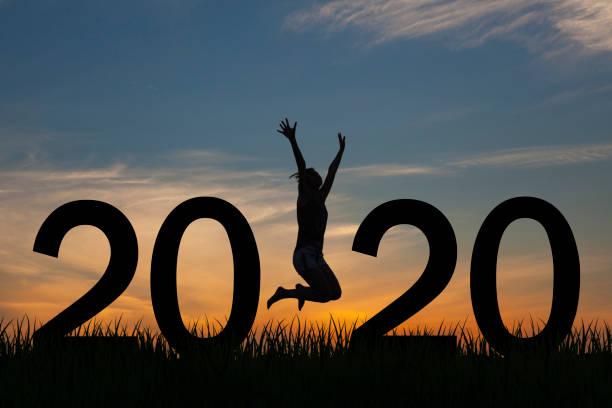 Silhouette einer Frau, die 2020 bei Sonnenaufgang auf den Hügel springt – Foto