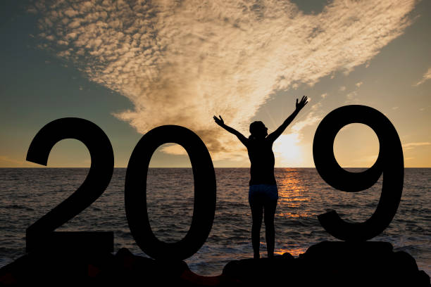 silhouette einer frau stehen im jahr 2019 auf dem hügel bei sonnenaufgang - ideen für silvester stock-fotos und bilder
