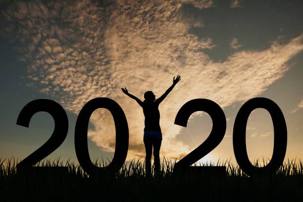 Silhouette einer Frau, die 2020 bei Sonnenaufgang auf dem Hügel steht – Foto