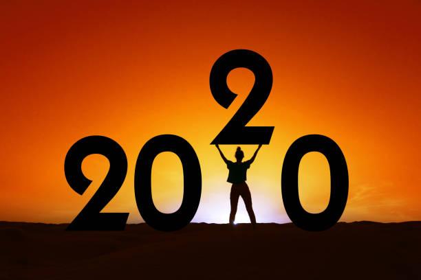 2020, Silhouette einer Frau im Sonnenuntergang stehen, Frauen Empowerment, feministische Neujahr Urlaub Grußkarte – Foto