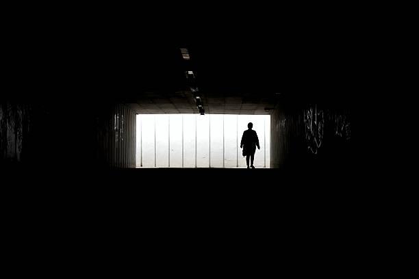 Silhouette einer Frau, die allein zu Fuß – Foto