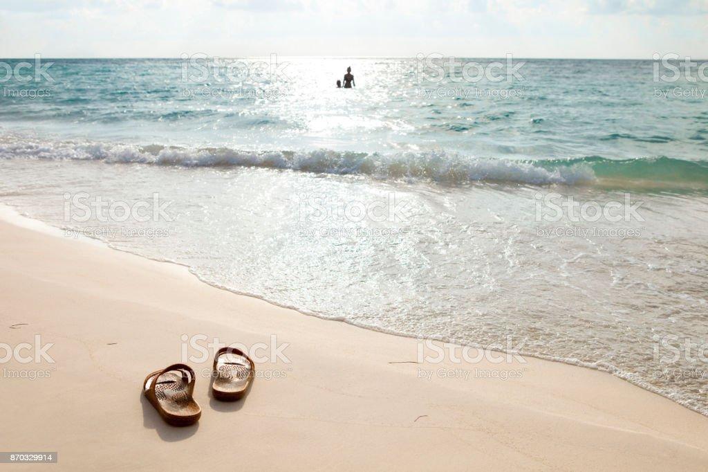 Silueta de una pareja de jóvenes jugando en el mar al final del día - foto de stock