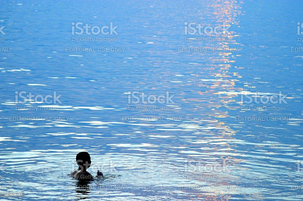 Silhueta de uma jovem nadando em Paranoa Lago Brasília - foto de acervo
