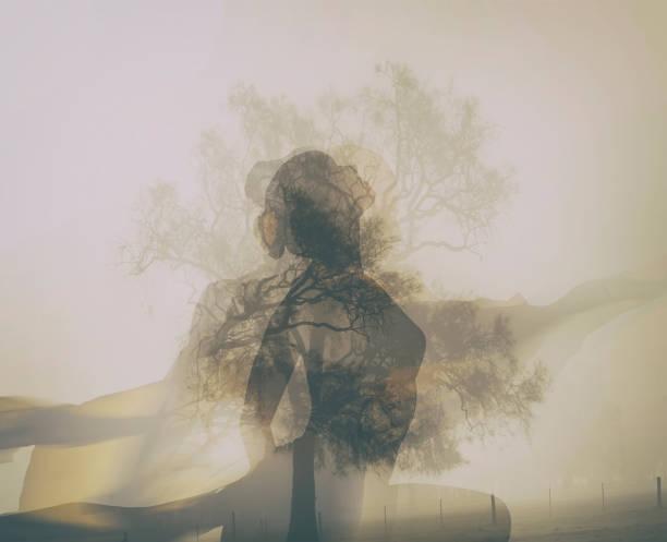Silhouette einer jungen Frau zu meditieren.