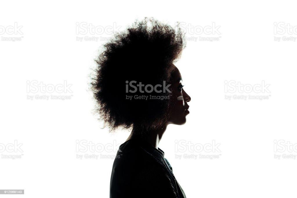 silueta de mujer afroamericana con peinado afro, aislado en blanco foto de stock libre de derechos