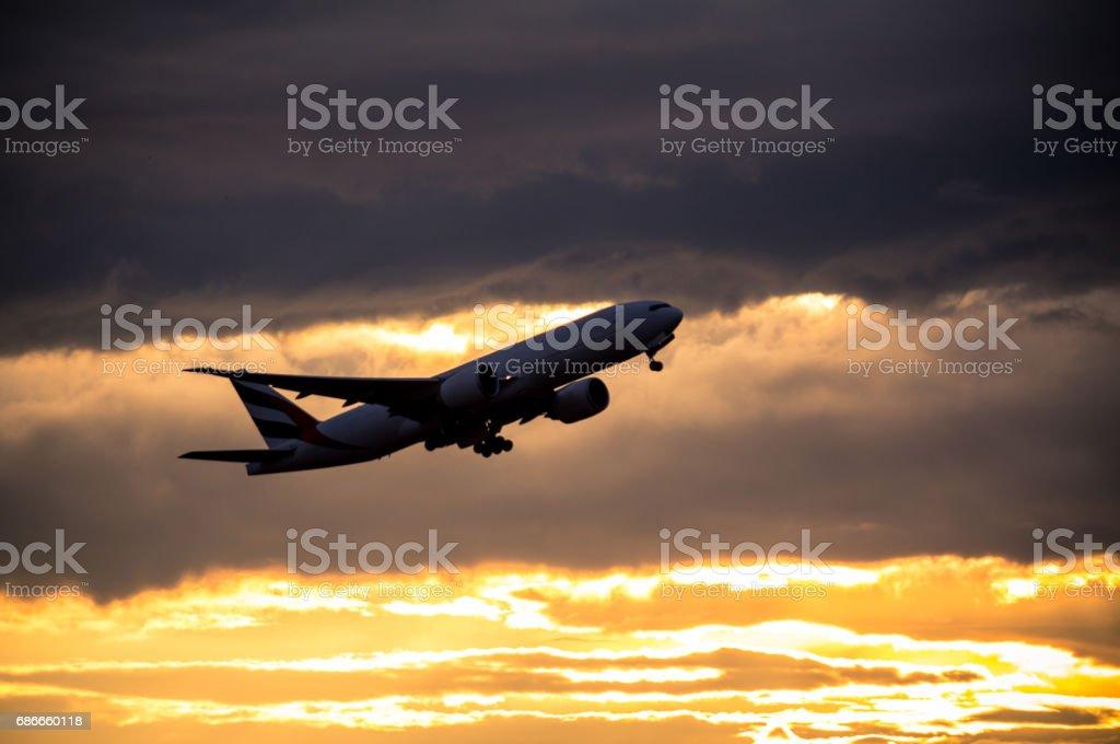Silueta de pasajeros en el crepúsculo foto de stock libre de derechos