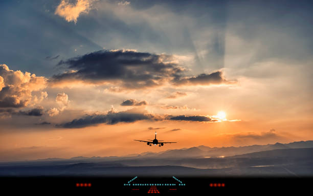 silhouette des flugzeug landung auf der landebahn des flughafens mit schönen abendlicht - dunkle flecken entferner stock-fotos und bilder