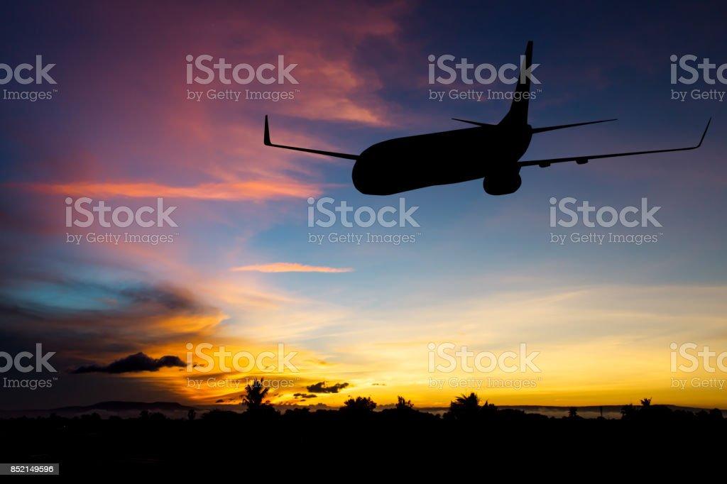 Silhouette des Flugzeug Flug mit blauem Himmelshintergrund abheben – Foto