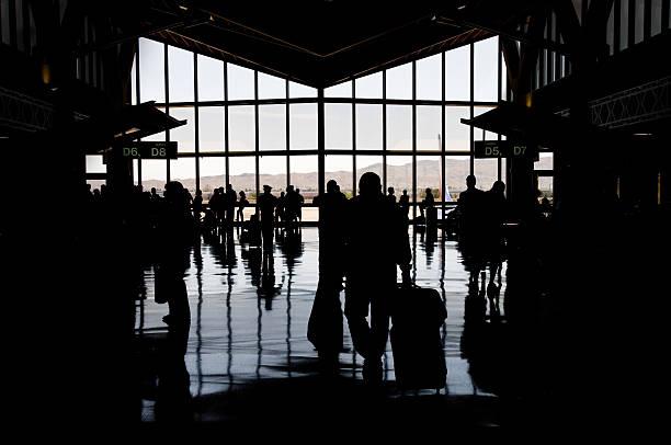 silhouette der airport concourse - mark tantrum stock-fotos und bilder
