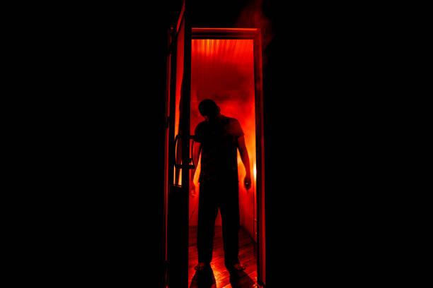 sylwetka nieznanej postaci cienia na drzwiach przez zamknięte szklane drzwi. sylwetka człowieka przed oknem w nocy. przerażająca koncepcja halloween sceny - upiorny zdjęcia i obrazy z banku zdjęć