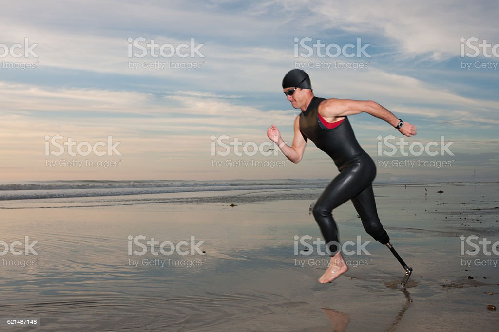 Silhouette Of Athlete With Prosthetic Leg On The Beach foto stock royalty-free