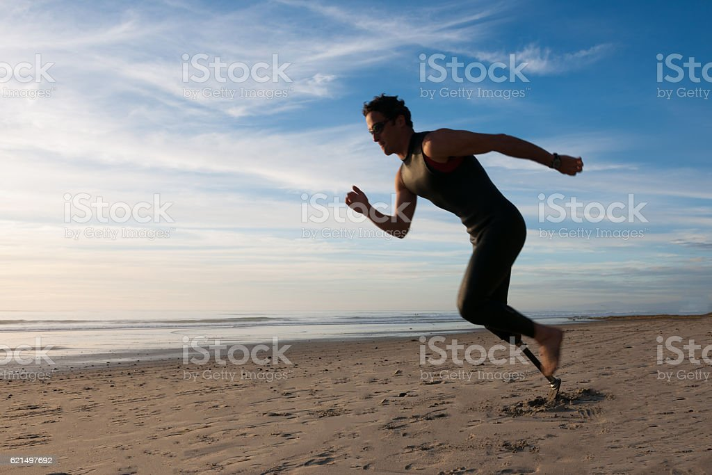 Silhouette Of Athlete With Prosthetic Leg On The Beach Lizenzfreies stock-foto