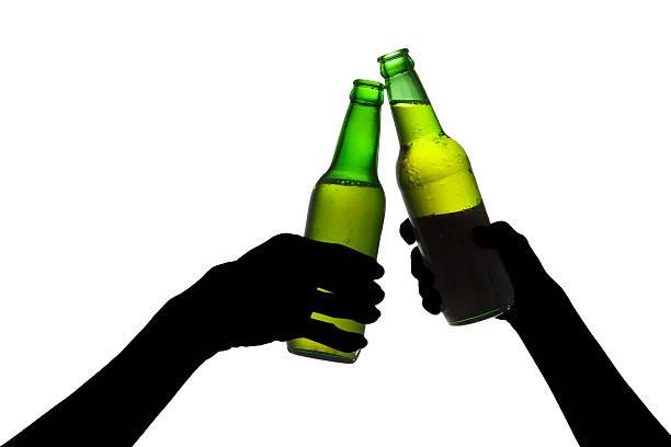 Silueta de cerveza brindis - foto de stock