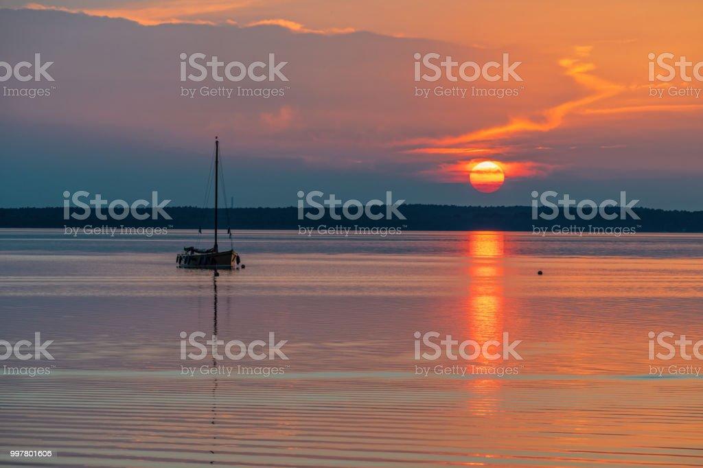 Silhouette der Boot auf See Steinhuder Meer bei Sonnenuntergang, Niedersachsen, Deutschland – Foto