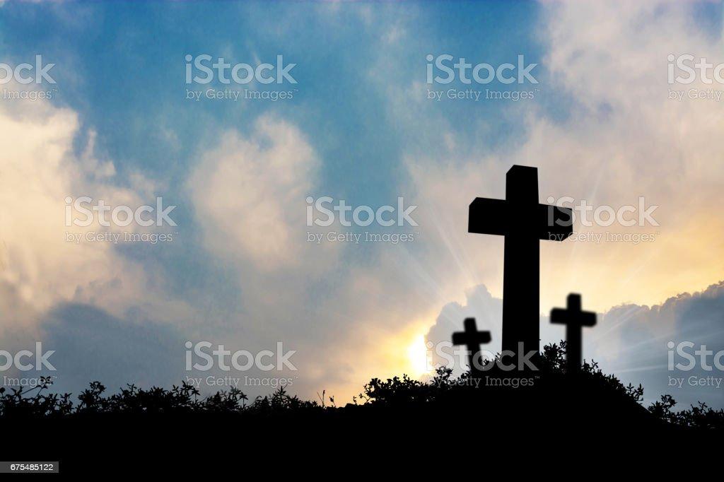 Din, ibadet, sevgi ve maneviyat için cennet doğa günbatımı konsepti ile çapraz dua çocuk silüeti royalty-free stock photo