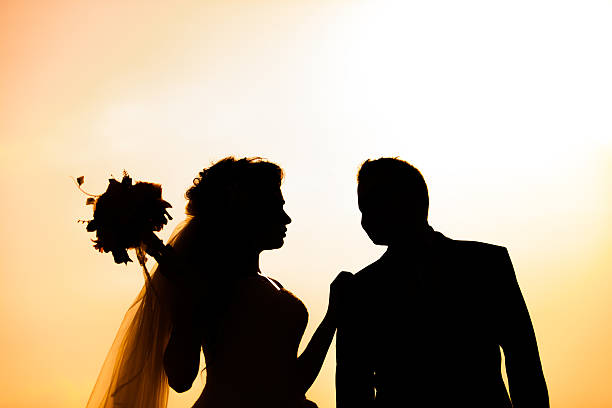 silhouette of bride and groom outdoor - hochzeitsfoto posen stock-fotos und bilder