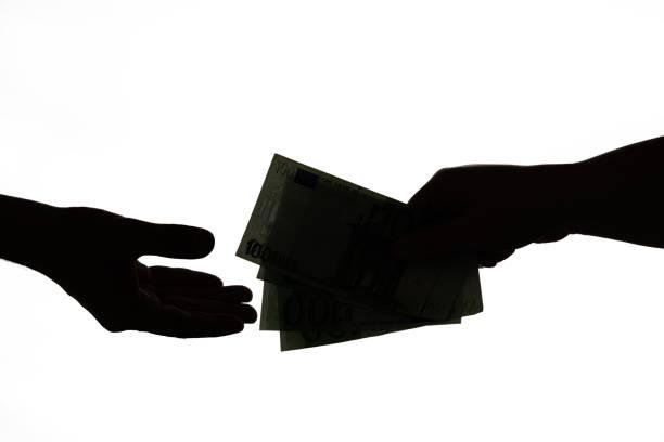 Silhouette der Geschäftsmann Hände geben Bestechungsgeldisoliert auf weißem Hintergrund. Dunkle Wirtschaft, Korruptionskonzept – Foto