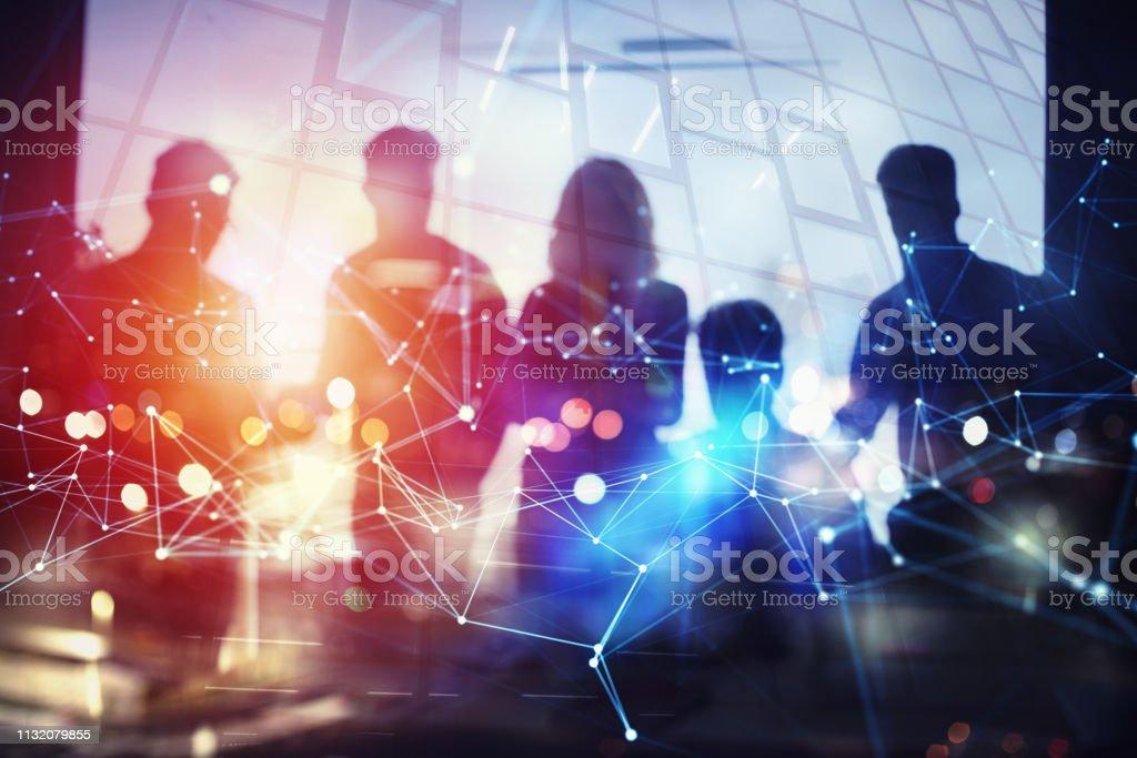 İş halkının silüeti ofiste birlikte çalışır. Ekip çalışması ve ortaklık kavramı. Ağ efektleri ile çift pozlama - Royalty-free Adamlar Stok görsel