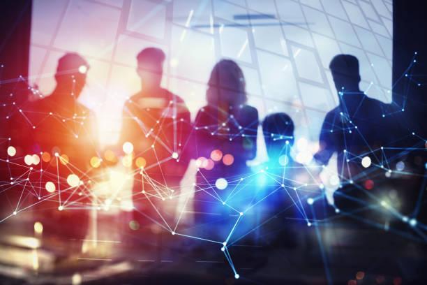 sylwetka ludzi biznesu pracuje razem w biurze. koncepcja pracy zespołowej i partnerstwa. podwójna ekspozycja z efektami sieciowymi - sieć komputerowa zdjęcia i obrazy z banku zdjęć