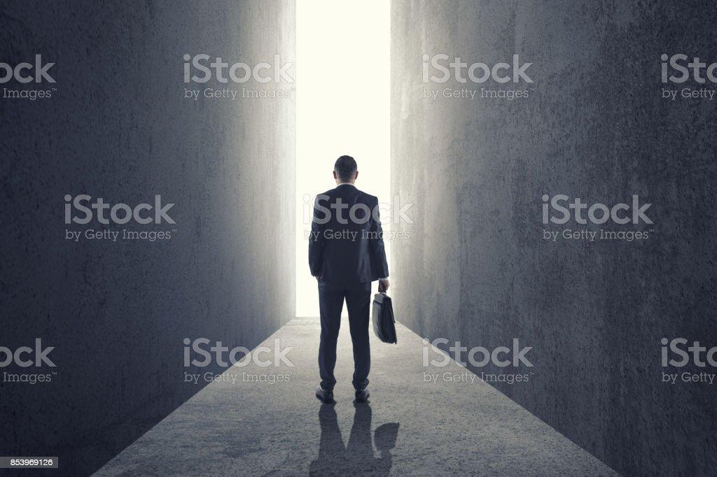 Silhouette d'homme d'affaires entrant porte géante - Photo