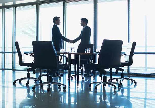 シルエットのビジネスマンに手を振る;コンファレンスルーム ストックフォト