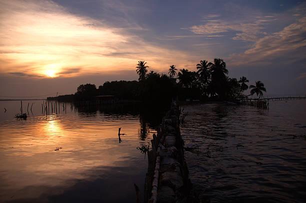 silueta de catatumbo río durante un hermoso atardecer en venezuela - maracaibo fotografías e imágenes de stock