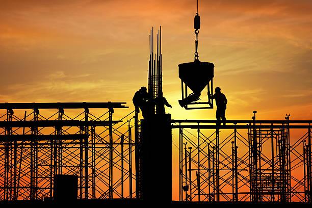 silhouette der Bau Arbeiter auf der Baustelle – Foto