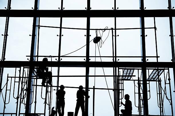silhouette der bau arbeiter installieren fenster - fensterbauer stock-fotos und bilder