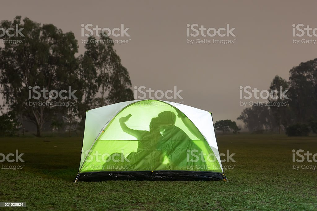 silhouette of couple camping foto stock royalty-free
