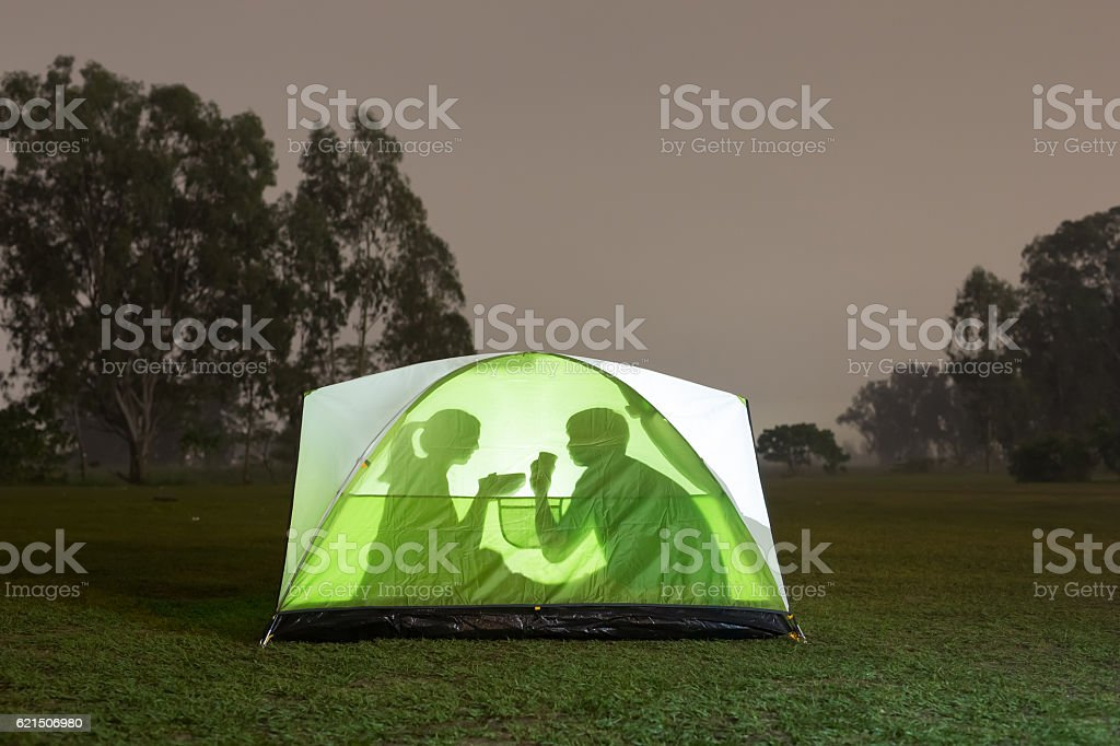 silhouette of couple camping Lizenzfreies stock-foto