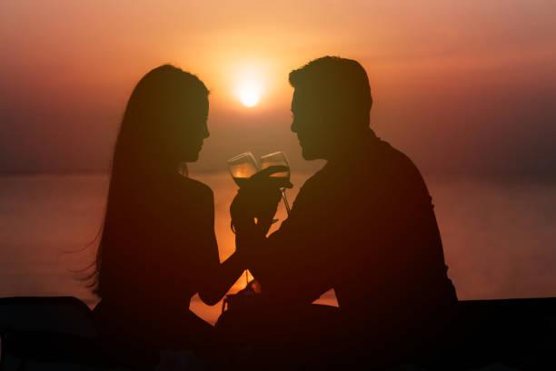 silueta de pareja en el amor, beber vino durante la cena romántica - cena romantica fotografías e imágenes de stock