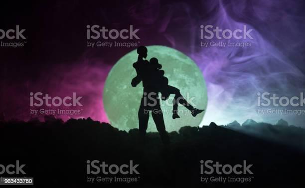 Sylwetka Pary Całującej Się Pod Pełnią Księżyca Facet Pocałunek Dziewczyna Ręka Na Pełni Księżyca Sylwetka Tle Walentynkowa Koncepcja Wystroju Sylwetka Kochającej Pary Całującej Się Na Księżyc - zdjęcia stockowe i więcej obrazów Azerbejdżan