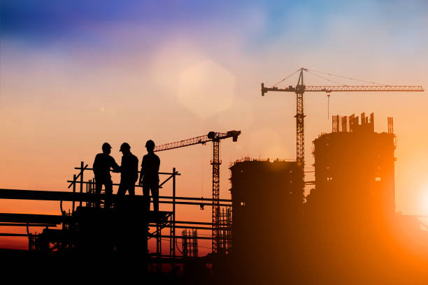 silhouette di ingegnere e team di costruzione che lavorano in loco su sfondo sfocato per il background del settore con fiera light. creare da più immagini di riferimento insieme - intelaiatura foto e immagini stock