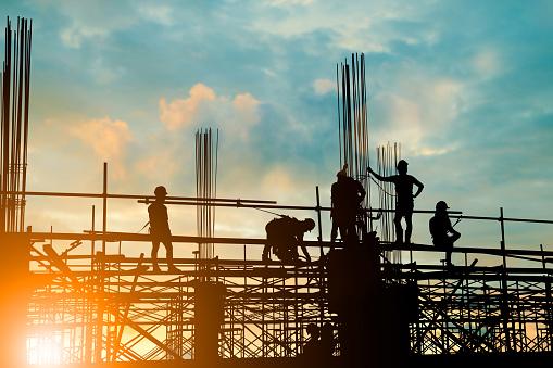 고층 건물에 비 계에 안전 하 게 작업 하는 엔지니어 및 건설 팀의 실루엣 배경 흐리게 일몰 파스텔 빛 페어와 산업 배경에 대 한 이상 Workers Party에 대한 스톡 사진 및 기타 이미지