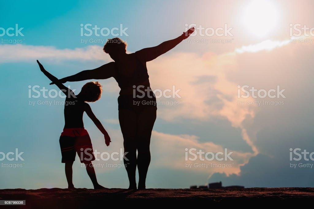夕焼け空で家族再生のシルエット ストックフォト