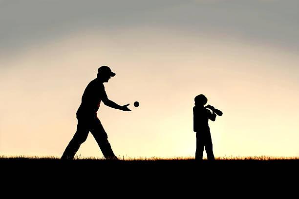 silhueta do jovem pai e filho jogando beisebol do lado de fora - softbol esporte - fotografias e filmes do acervo