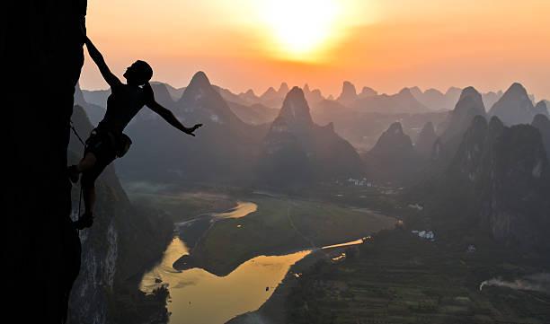 Silhouette der weiblichen Kletterer auf der chinesischen Landschaft – Foto