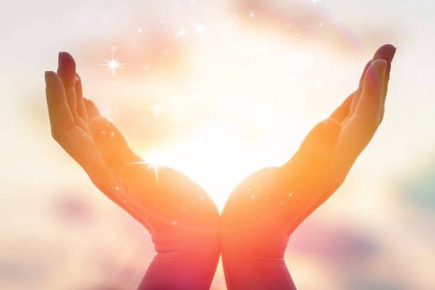 silhouet van vrouwelijke handen bedrijf zonsondergang of zonsopgang voor mensen energie en serene hope concept - heilige stockfoto's en -beelden