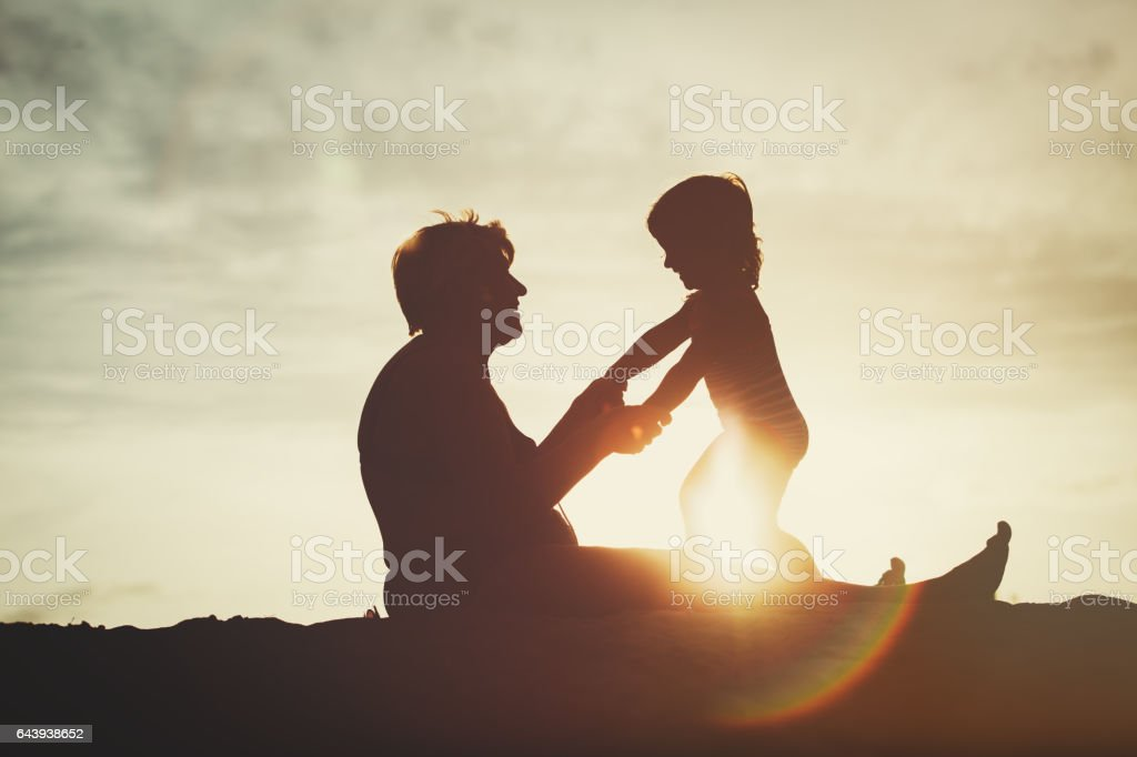 silhouette of grandmother and little granddaughter play at sunset - foto de stock