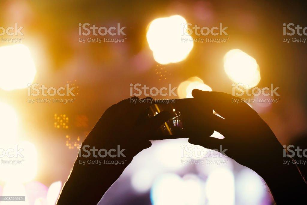 Silhouette der Hände mit Kamera-Handy zum Fotografieren und Videos auf live-Konzert – Foto