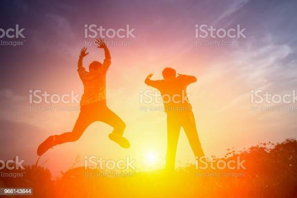 Siluett Av Glada Människor Hoppa I Solnedgången-foton och fler bilder på Aktiv livsstil